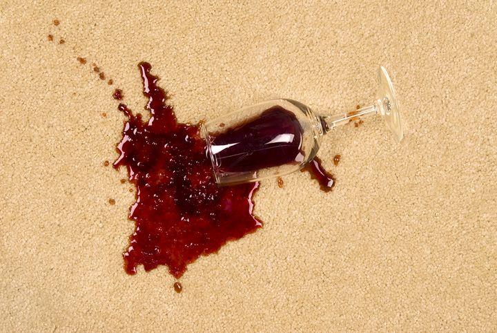 כוס יין נשפכת על שטיח
