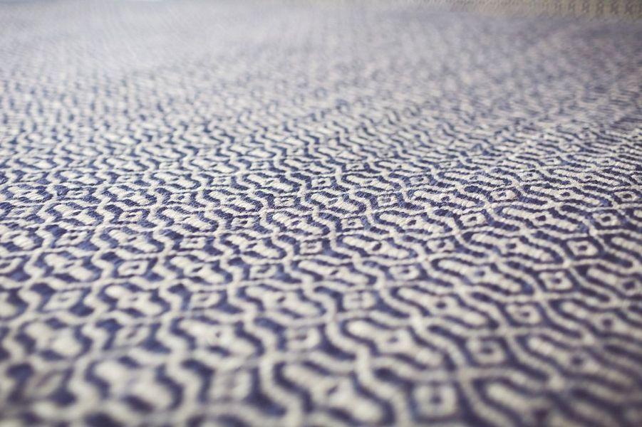 שטיח בייסיק עם עיטורים כחולים